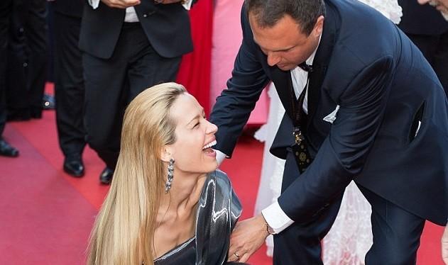 Video: Chân dài Séc 'xoạc cẳng' đo thảm đỏ Cannes