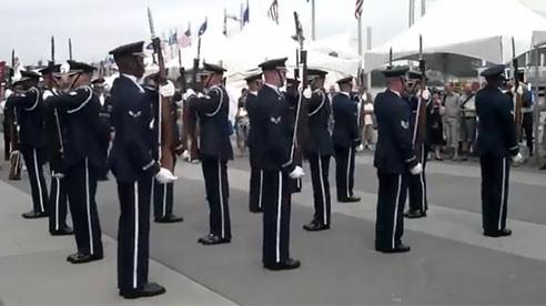 Video: Lính Mỹ múa súng điệu nghệ