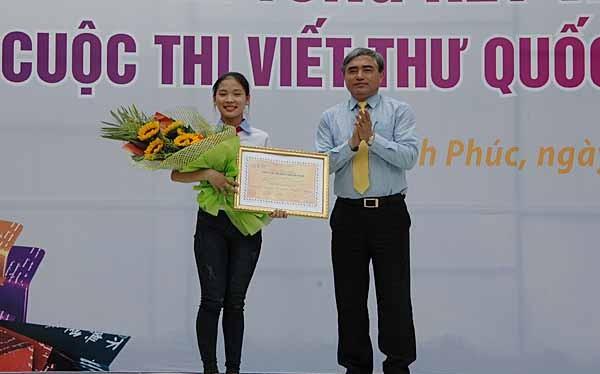 Thứ trưởng Bộ TT&TT Nguyễn Minh Hồng trao giải Nhất cho em Nguyễn Thị Thu Trang, học sinh lớp 9B, trường THCS Nguyễn Trãi, huyện Nam Sách, tỉnh Hải Dương