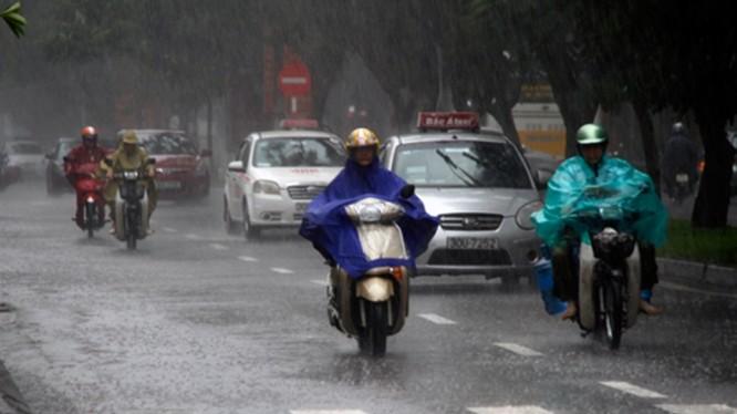 Ở nhiều nơi, trong cơn dông có thể xảy ra tố lốc, mưa đá và gió giật mạnh.
