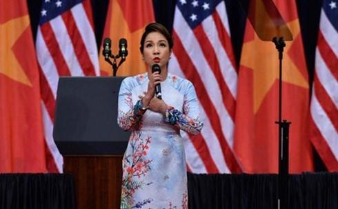Video: Ca sĩ Mỹ Linh hát quốc ca chào mừng Tổng thống Obama thăm Việt Nam