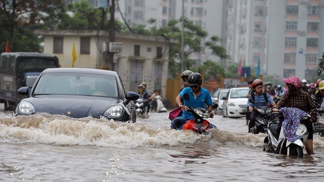 Hà Nội: Phố thành sông, giao thông tê liệt (video)