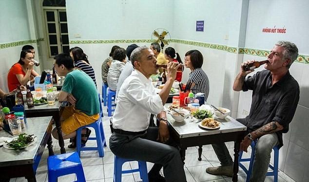 bức ảnh Tổng thống Mỹ thư thái ngồi ăn tối, uống bia, trò chuyện cùng đầu bếp nổi tiếng Anthony Bourdain đã trở thành bức ảnh tâm điểm chú ý trong các hoạt động bên lề của Tổng thống Obama