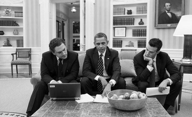 Cody Keenan (trái) họp với Tổng thống Obama thảo luận một bài viết.