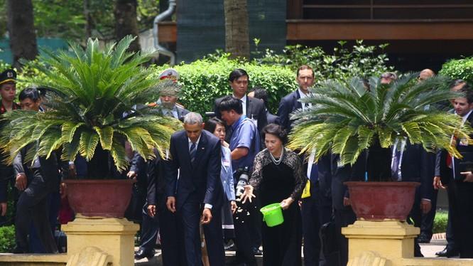 Sau cuộc hội đàm với Chủ tịch nước Trần Đại Quang, Tổng thống Mỹ Obama cùng Chủ tịch Quốc hội Nguyễn Thị Kim Ngân đi bộ từ Phủ Chủ tịch sang Nhà sàn Bác Hồ, dạo bước thong thả trong khu nhà sàn, cho cá ăn tại ao cá Bác Hồ.