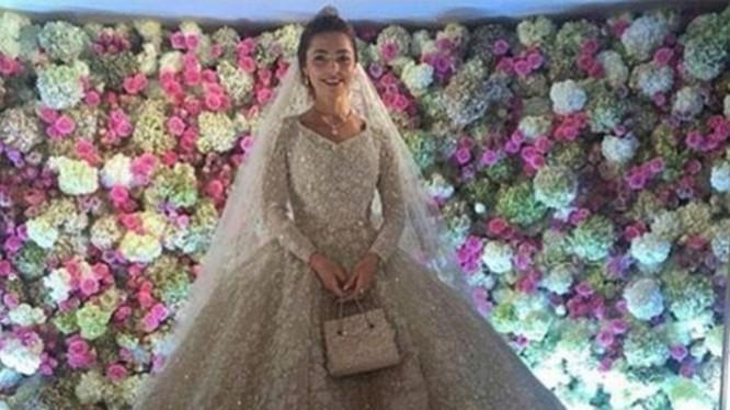 Bộ váy cô dâu được Elie Saab thiết kế riêng và có giá trị lên tới 18.000 bảng Anh (tương đương 25.925 USD).