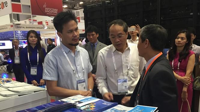 Thứ trưởng Bộ TT&TT Nguyễn Thành Hưng (người mặc vest đen) tham quan gian hàng của Việt Nam tại Triển lãm