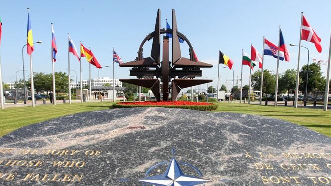 LA Times: Mỹ đập vụn lời hứa về NATO