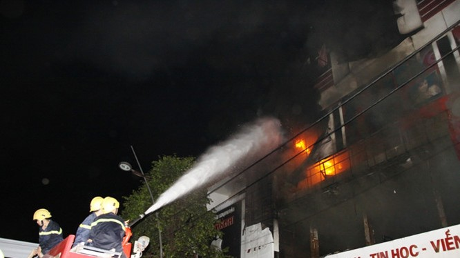 Siêu thị điện máy Kim Nguyên bùng cháy trong đêm