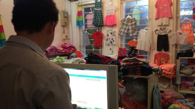 Với một cửa hàng quần áo có nhiều mẫu quần áo và nhiều biến thể, phần mềm quản lý bán hàng giúp chủ cửa hàng tiết kiệm nhiều thời gian tính tiền và thống kê kinh doanh - Ảnh: Ngọc Minh