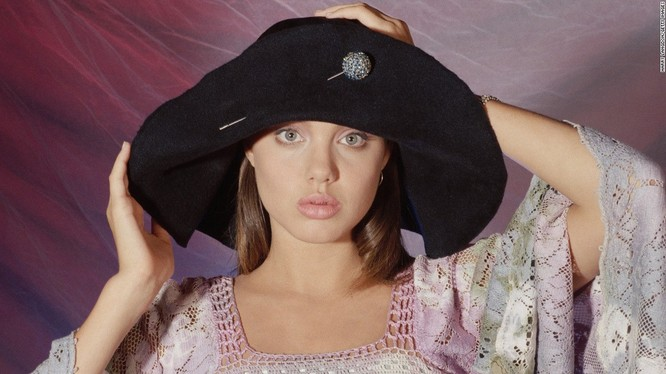 Ngắm Angelina Jolie trong veo tuổi 15