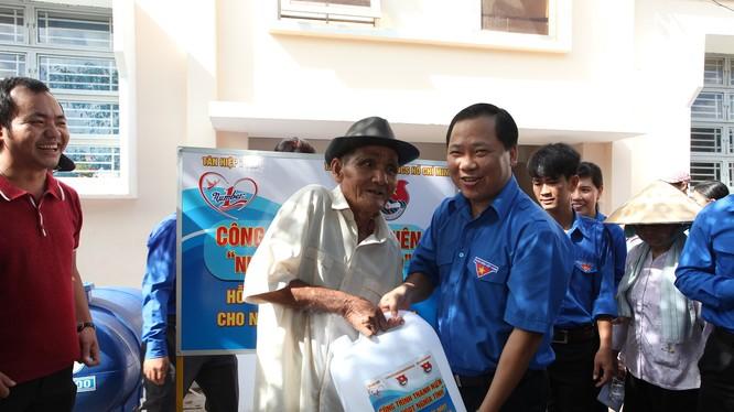 Ông Nguyễn Phi Long_Bí thư Trung ương Đoàn trao tặng nước ngọt sau khi lọc cho người dân tại Long An