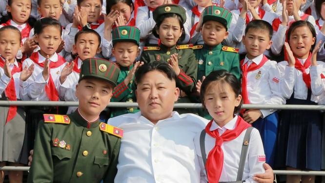 Nhà lãnh đạo Triều Tiên Kim Jong-un cùng các trẻ em nhân ngày hội kỷ niệm 70 năm thành lập Liên đoàn thiếu nhi Triều Tiên ở Bình Nhưỡng