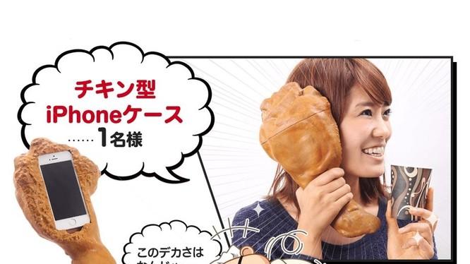 Gà rán là món khoái khẩu của nhiều người, vì thế các nhà sản xuất ốp lưng cũng mau chóng nắm bắt ý tưởng khi cho ra đời ốp lưng gà rán. Nhìn ngoài đời, nó không khác gì một miếng đùi gà thật và trông rất hài hước khi bạn ốp lên tai.