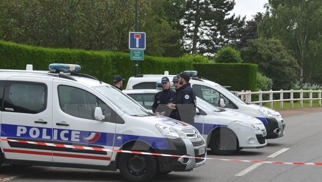Cảnh sát Pháp làm nhiệm vụ tại hiện trường vụ tấn công ở Magnanville ngày 14/6.