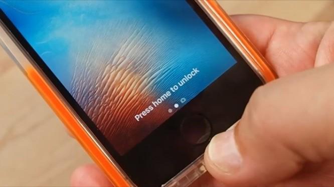 Trên iOS 10, người dùng phải ấn vào nút home để mở khoá thay vì chạm nhẹ như trước lên touch ID.