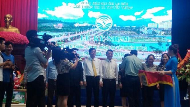 Ông Lê Văn Nghiêm - Cục trưởng Cục Thông tin đối ngoại Bộ thông tin và Truyền thông trao tặng kỷ niệm chương cho các cá nhân có thành tích xuất sắc của Sở Thông tin và Truyền thông tỉnh Lai Châu.