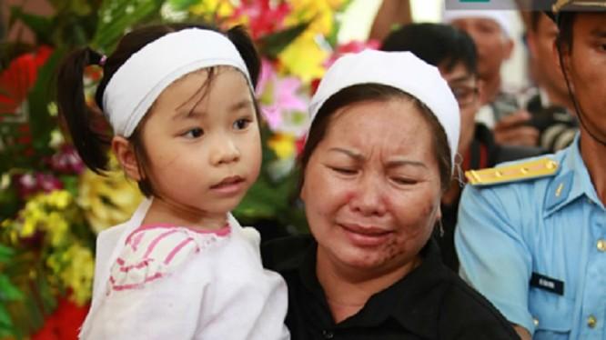 Do còn quá nhỏ nên con gái Đại tá Khải vẫn chưa hiểu hết được nỗi đau đang đến với gia đình.