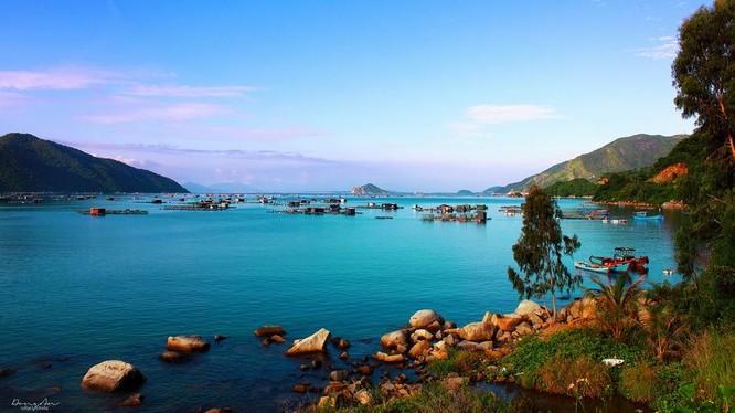 vịnh Vũng Rô sẽ làm say lòng du khách với một vùng non xanh nước biếc hòa quyện vào nhau nên thơ và hùng vĩ.