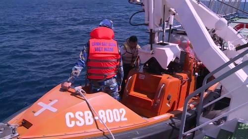 Lực lượng cảnh sát biển tham gia trục vớt máy bay CASA 212. Ảnh: VTV.