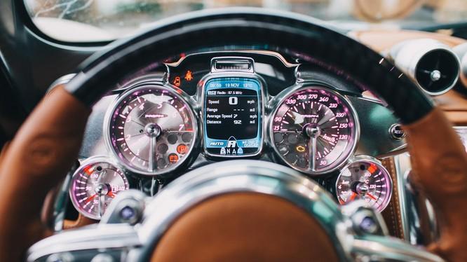 """Pagani Huayra là mẫu siêu xe được trang bị thiết kế nội thất có một không hai. Bên trong """"thần gió"""" là sự kết hợp hoàn hảo giữa các vật liệu như da, kim loại, sợi carbon, máy móc trần trụi và màn hình kỹ thuật số."""