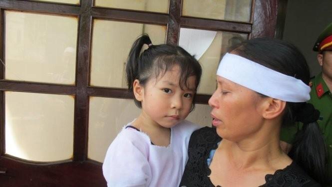 """Dù mới 4 tuổi nhưng bé Trần Khánh Vân cảm nhận được nỗi mất mát. Mặt bé buồn rười rượi, hỏi thì bé chỉ bảo """"nhớ ba"""" trong lễ truy điệu Đại tá phi công Trần Quang Khải ngày 20-6"""