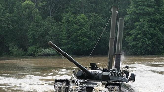 Được biết xe tăng T-72B có thể di chuyển dưới nước đến 2,5 km, ở độ sâu 5 m, và có thể sử dụng các loại vũ khí khi đang di chuyển dưới nước.