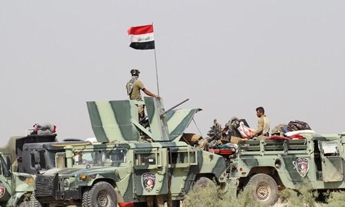Quân đội Iraq tại ngoại ô Fallujah. Ảnh: Reuters