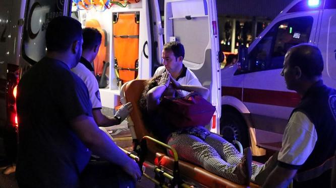Dù đã được đưa lên xe cứu thương nhưng một nạn nhân của vụ tấn công vẫn chưa hết bàng hoàng. (Ảnh: Reuters)