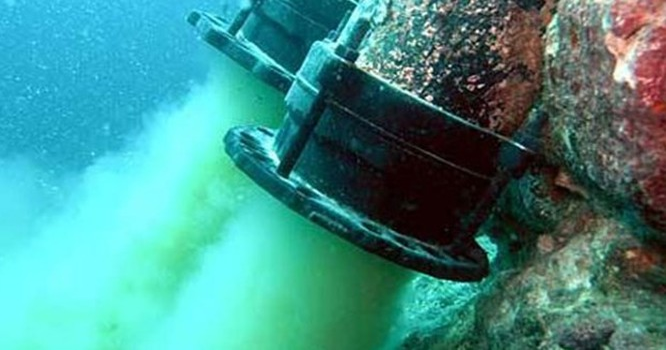 Đường ống xả thải ngầm của Formosa xuống biển đã được các ngư dân lặn xuống biển chụp, sau nghi vấn nhà máy này có liên quan đến việc cá chết hàng loạt.