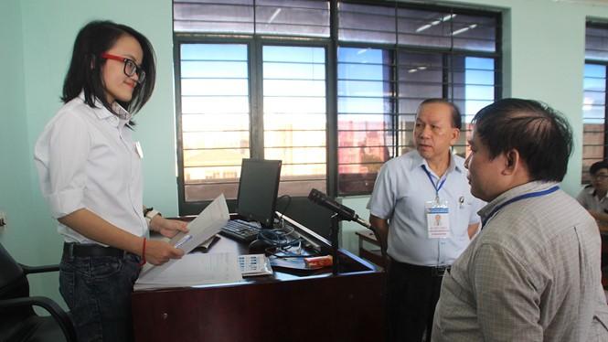 Thứ trưởng Bộ GD-ĐT Bùi Văn Ga hỏi thăm thí sinh trong phòng thi