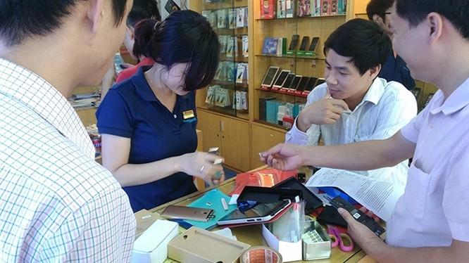 Khách hàng đang mua điện thoại ở một cửa hàng lớn ở Hà Nội. Điện thoại xách tay cũng được nhiều người quan tâm vì giá rẻ hơn hẳn so với hàng chính hãng.
