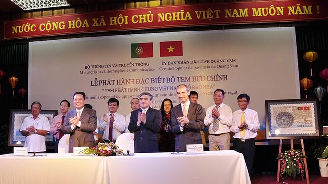 Thứ trưởng Nguyễn Minh Hồng (đứng giữa) tại Lễ ký phát hành đặc biệt bộ tem