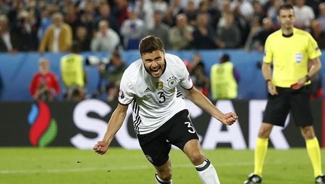 Hector sút thành công lượt đá của mình đưa Đức vào bán kết. (Nguồn: Reuters)