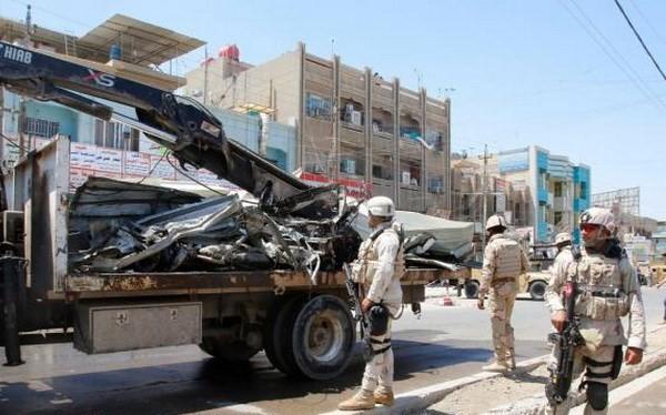 Lực lượng an ninh Iraq đứng canh gác sau một vụ đánh bom tại phía Bắc Baghdad, Iraq ngày 30/5 vừa qua. (Nguồn: Reuters)
