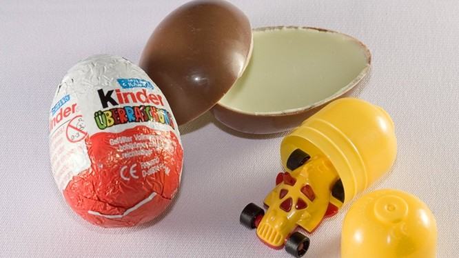 Có giả thiết rằng chất độc hại đã lọt vào sản phẩm sô cô la từ lớp bao gói có chứa dầu thơm.
