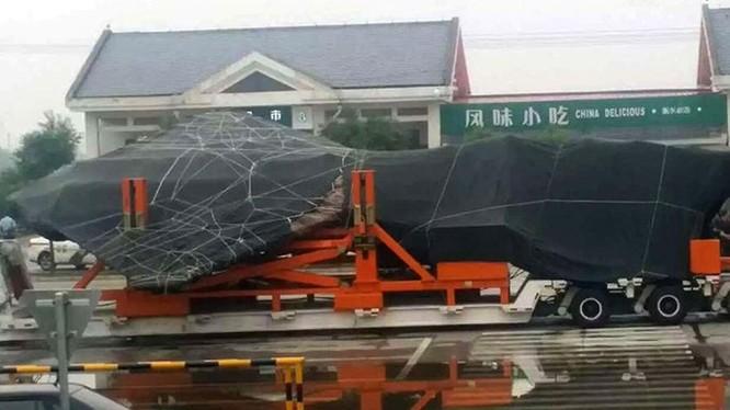 Ảnh máy bay được cho là chiếc J-31 thứ hai bị sự cố và được trùm bạt kín trên xe tải, chụp ngày 3.7.2016 - Weibo