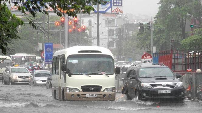 Nhiều tuyến đường tại phường Hồng Gai (TP Hạ Long, tỉnh Quảng Ninh) ngập trong biển nước