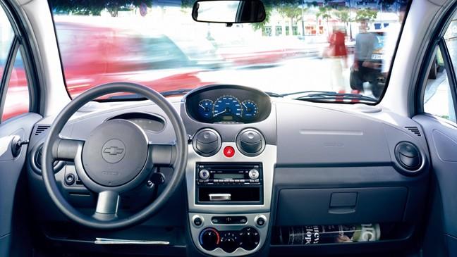 Với khoảng 300 triệu đồng (15.000 USD), người tiêu dùng có rất ít lựa chọn xe mới nên nhiều người chấp nhận sử dụng xe cũ.