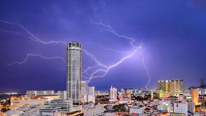 Ở chủ đề thành phố, giải ba thuộc về Jeremy Tan với bức ảnh sét đánh gần tòa nhà Komtar Tower ở Penang, Malaysia.