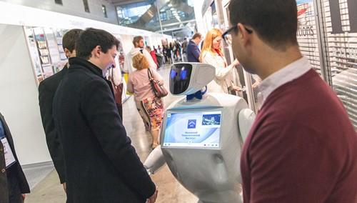 Robot hướng dẫn viên du lịch.