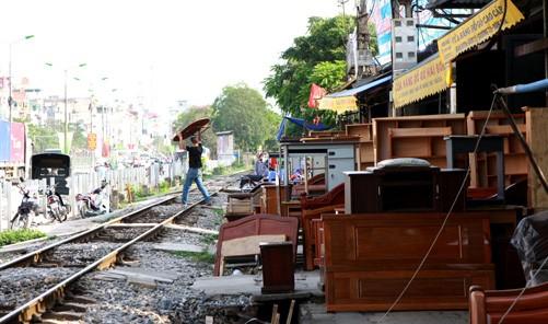 Vi phạm hành lang an toàn đường sắt trên tuyến đường sắt Bắc Nam. Ảnh: Bùi Tường - TTXVN