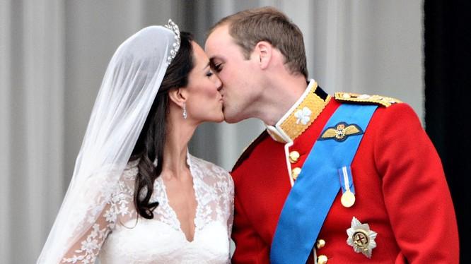 London, ngày 29/4/2011, cặp tân lang - tân nương Hoàng tử William và nữ công tước xứ Cambridge Kate trên ban công Cung điện Buckingham. Ngày Quốc tế Nụ hôn - Những nụ hôn nổi tiếng lịch sử thế giới