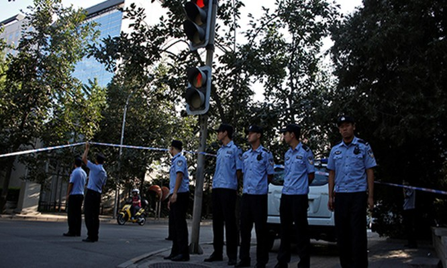 Cảnh sát bảo vệ khu vực gần đại sứ quán Philippines ở Bắc Kinh, Trung Quốc. Ảnh: Reuters