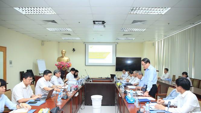 Tổng giám đốc Tổng công ty Bưu điện Việt Nam Phạm Anh Tuấn báo cáo với Thứ trưởng Nguyễn Minh Hồng về hoạt động sản xuất kinh doanh 6 tháng đầu năm 2016