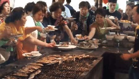 Cuộc chiến ăn buffet của du khách Trung Quốc.