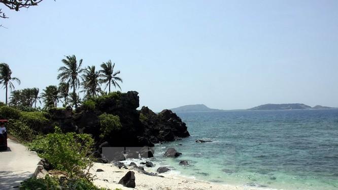 Nằm cách đảo lớn Lý Sơn khoảng 3km về phía Tây Bắc, đảo An Bình có vẻ đẹp yên bình, hoang sơ.
