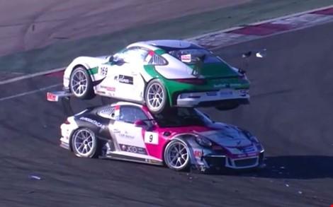 Tuy vụ hai chiếc xe Porsche đâm nhau diễn ra năm 2015 nhưng nay video này mới được công bố và thu hút hàng ngàn lượt xem.