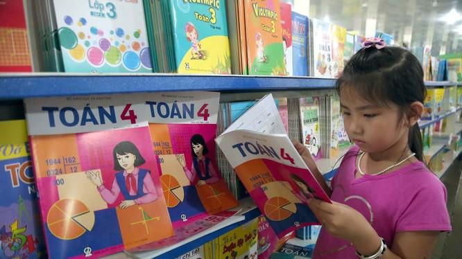 Những cuốn sách giáo khoa bằng song ngữ Việt - Anh được chia sẻ trên mạng xã hội đang khiến không ít học sinh thích thú và tò mò.