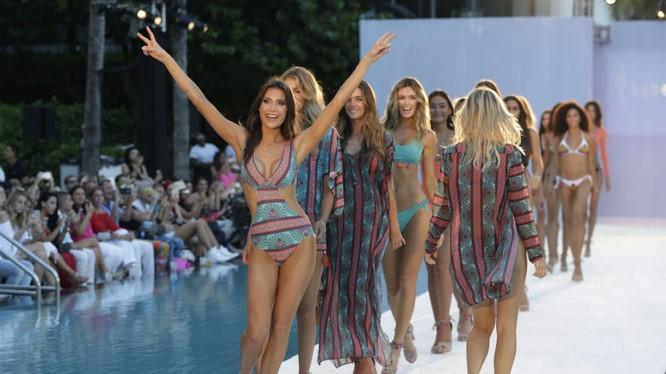 Người mẫu trình diễn đồ bơi ở bãi biển Miami
